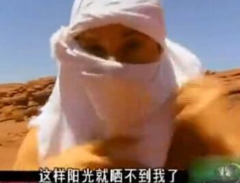 野外防晒有诀窍 贝爷教你即兴做一条头巾或太阳帽